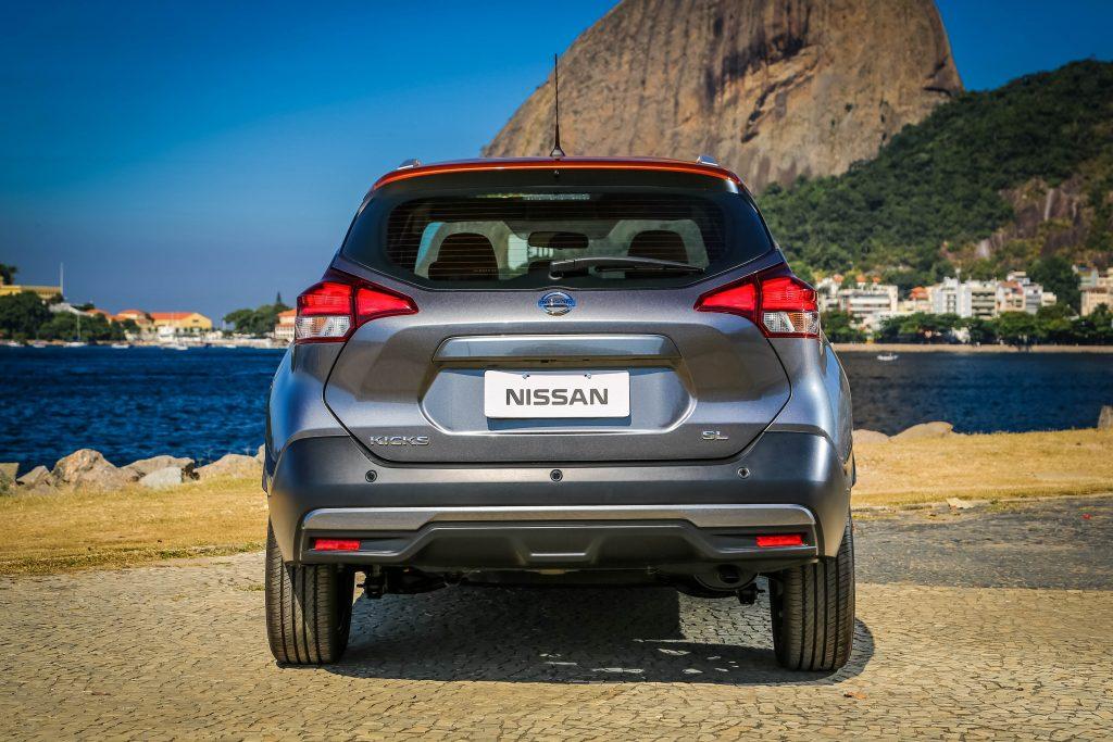O teto do modelo da Nissan se alonga até os vidros: aspecto de cupê