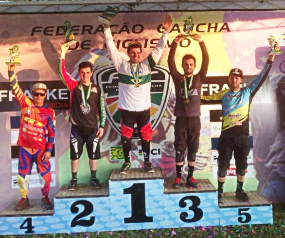 Pódio da categoria elite masculina, com o gaúcho Lucas Bertol no lugar mais alto
