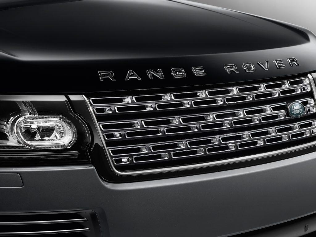 A grade frontal com acabamento em cinza e prata é um dos destaques do design deste Range Rover