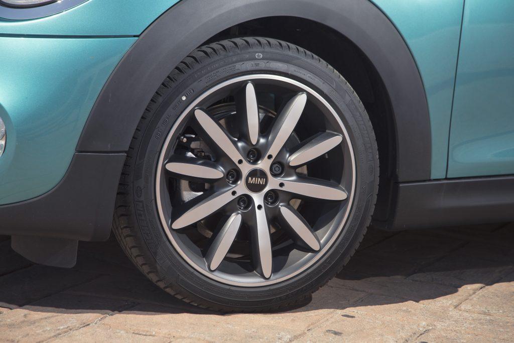 As bonitas rodas de liga leve são calçadas com pneus de perfil baixo