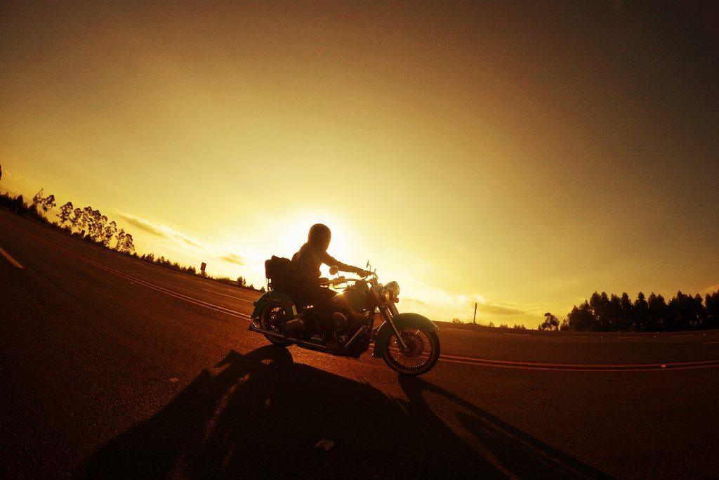 Exposição de fotos de motos da Triumph tem ao fundo belas paisagens de Minas e Nova York