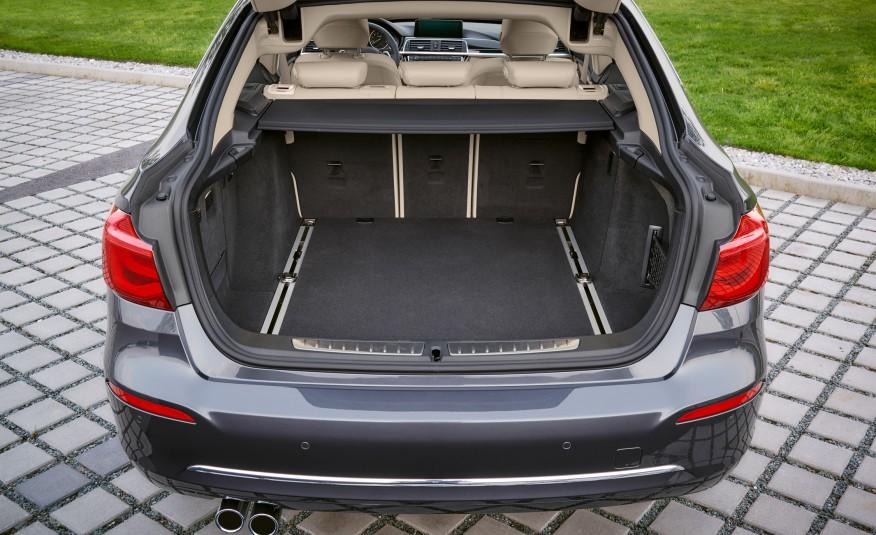 Um dos atrativos no novo BMW é o seu porta-malas, que é amplo e tem um acesso excelente porque a tampa abre até o teto