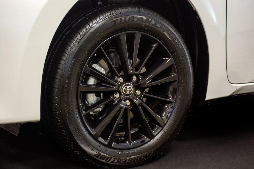 Entre as novidades externas também estão as rodas de liga leve 16'' com acabamento em preto