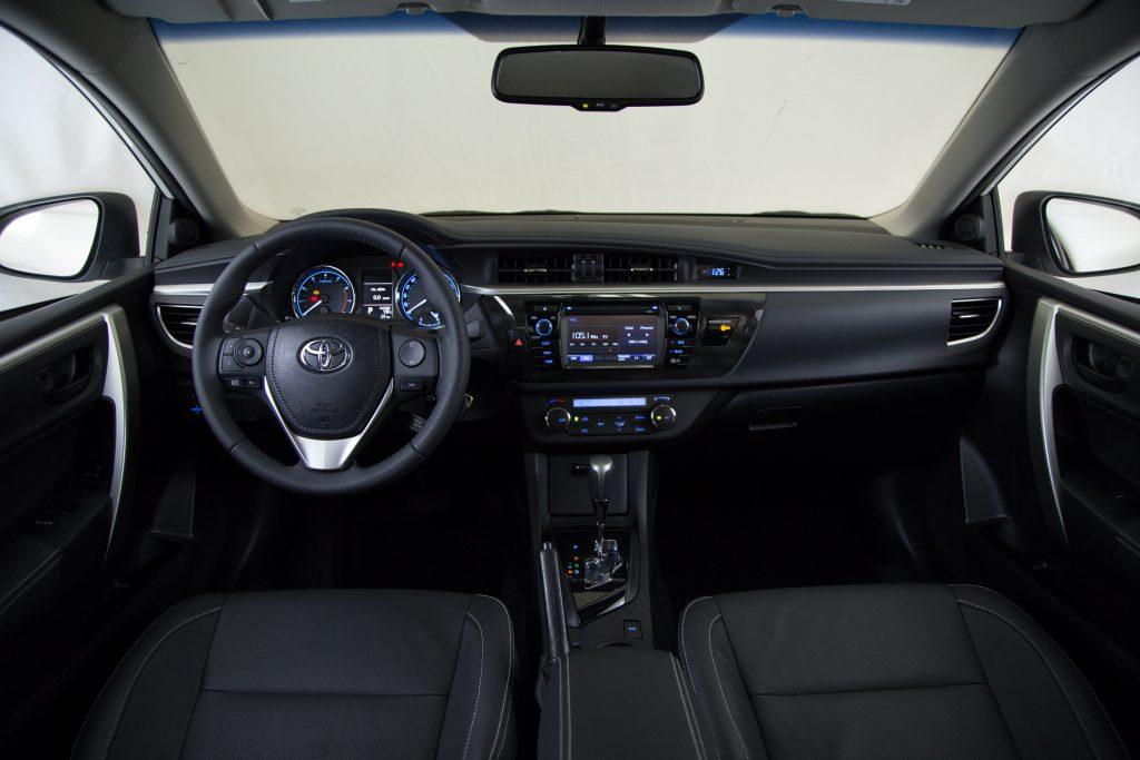 Por dentro, destacam-se o revestimento de portas e assentos em padrão couro na cor preta