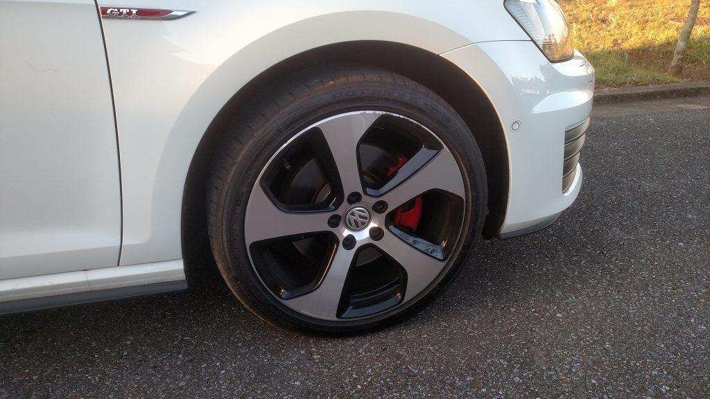 As bonitas rodas de liga de 18 polegadas deixam à mostra as pinças de freio vermelhas