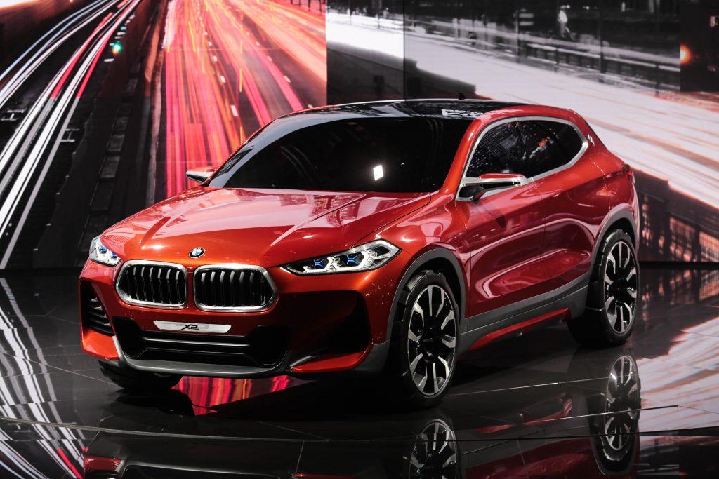 No estande da BMW, brilha o Concept X2, um cupê compacto com largas e grandes rodas (de 21 polegadas), longo entre-eixo, coluna C inclinada para a frente, teto alongado, grandes entradas de ar e uma nova grade de duplo rim, que deverá inspirar outros modelos da marca alemã