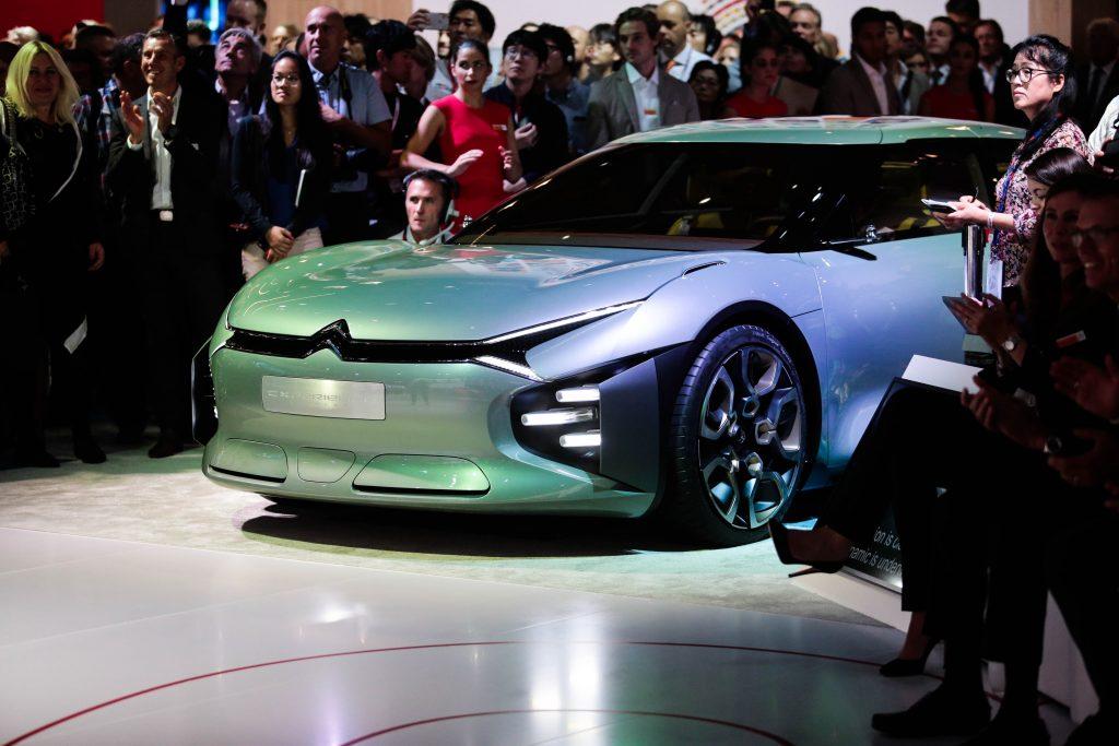 No estande da Citroën, o novo C3 acaba sendo ofuscado pelo conceito CXperience, que antecipa um pouco do que serão as linhas do futuro C5. Ele tem 4,85 m de comprimento, mas apenas 1,37m de altura, vidro traseiro côncavo, portas giratórias, painel resumido numa grande tela do tipo touchscreen de 19 polegadas, volante quadrado e propulsão híbrida