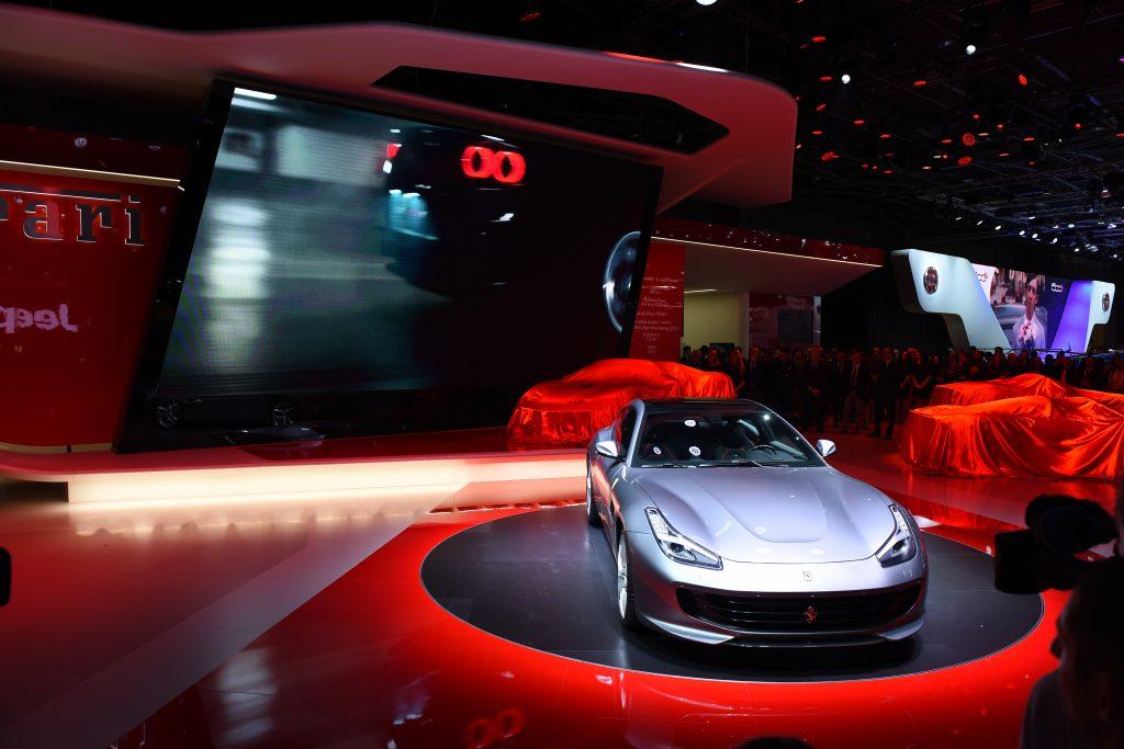 A estrela da Ferrari no Salão de Paris é o GTC4Lusso T, de quatro lugares, que é uma evolução do modelo de mesmo nome lançado no início do ano, mas com motor V8 turbo (de 610cv) em vez de V12 aspirado (de 690cv) e tração apenas em duas rodas, em vez de quatro