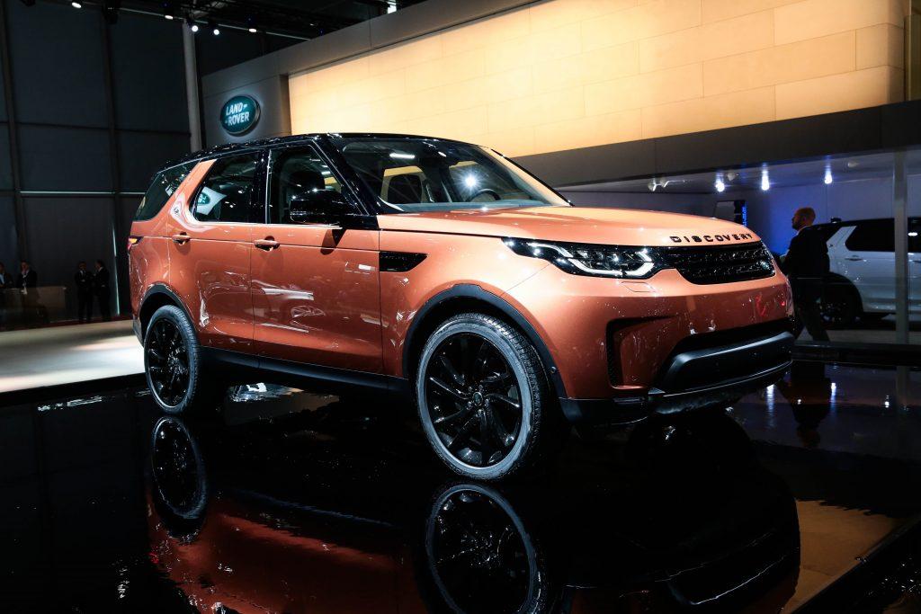 O novo Discovery faz estreia em Paris, com sete lugares, sistema que possibilita configurar remotamente (por smartphone) os bancos, ponto de wi-fi dentro do carro, nove portas USB e seis pontos de recarga (12V)