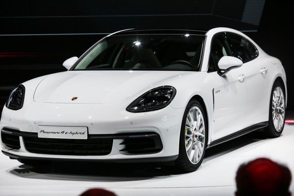 Na Porsche, a novidade principal é o novo Panamera, que passou por uma reestilização, inspirada no 911, ganhando mais cara de Porsche. O esportivo familiar tem três opções de motor: 2.9 V6 twin-turbo, de 440cv; V8 4.0 l twin-turbo, de 550cv; e um V8 diesel, de 422cv
