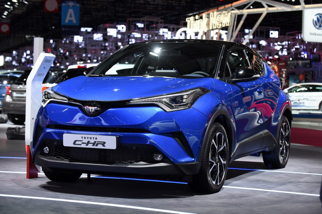 No estande da Toyota, o C-HR, um utilitário-esportivo compacto, é o que mais interessa aos brasileiros, pois pode vir para cá para encarar o Honda HR-V. Ele está sendo apresentado na sua versão de produção na mostra francesa