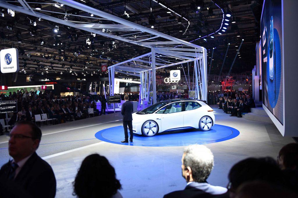Um protótipo com motor elétrico de 170cv, com baterias que proporcionam uma autonomia de até 600 quilômetros. Assim é o I.D da Volkswagen, construído sobre a nova plataforma (MEB) para carros elétricos da VW. Também é destaque da marca alemã o novo Tiguan R-Line