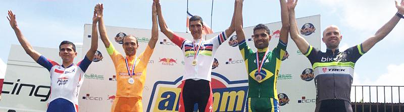 Pódio da categoria elite com os brasileiros Robson Ferreira (prata) e Alysson Serra (bronze) no pódio