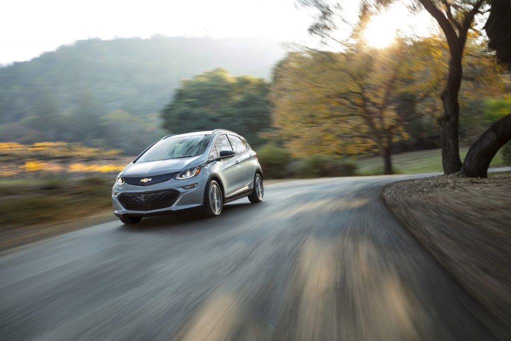 ELÉTRICO E EFICIENTE - Pela primeira vez o Bolt, crossover elétrico da Chevrolet é exibido no Brasil. O modelo se diferencia dos demais pela autonomia, uma vez que pode percorrer 380 quilômetros, porque aproveita a própria energia dissipada em frenagens e também em desacelerações.