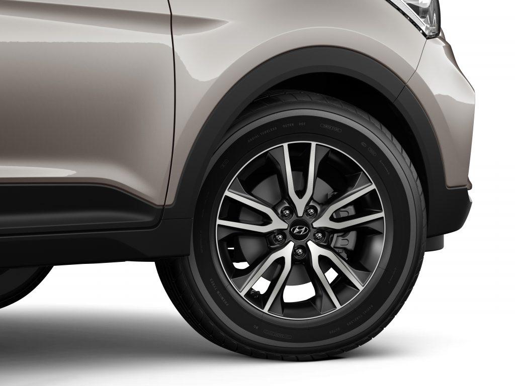 Na versão topo de linha, as rodas de liga são diamantadas e têm 17 polegadas