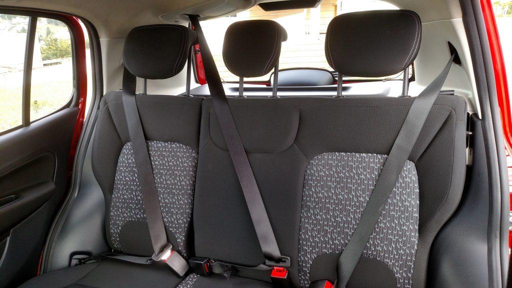 Kit Comfort (opcional) inclui cintos de três pontos e apoio de cabeça para passageiro do meio