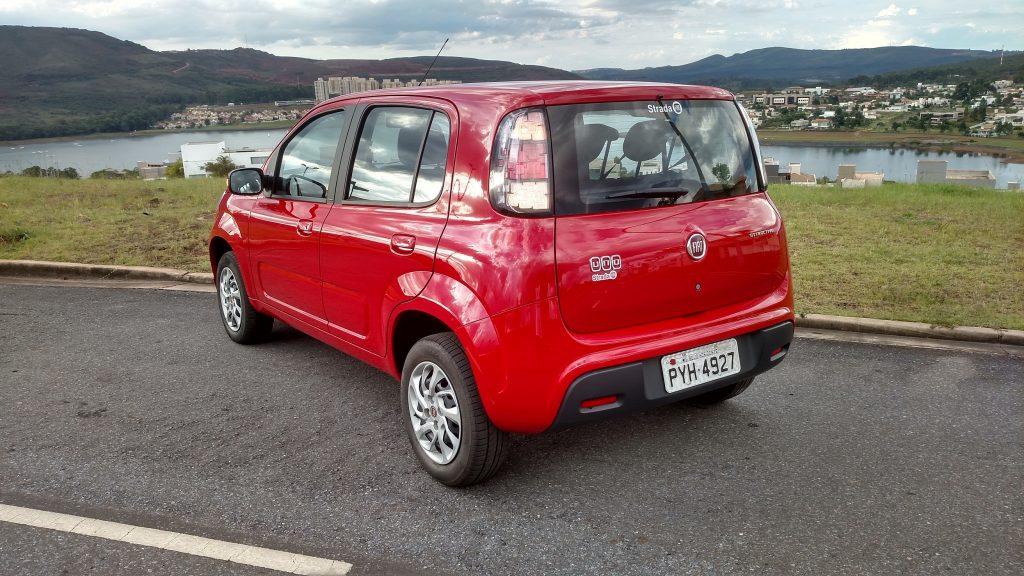 Um sensor de estacionamento traseiro ajudaria bem nas manobras em marcha à ré