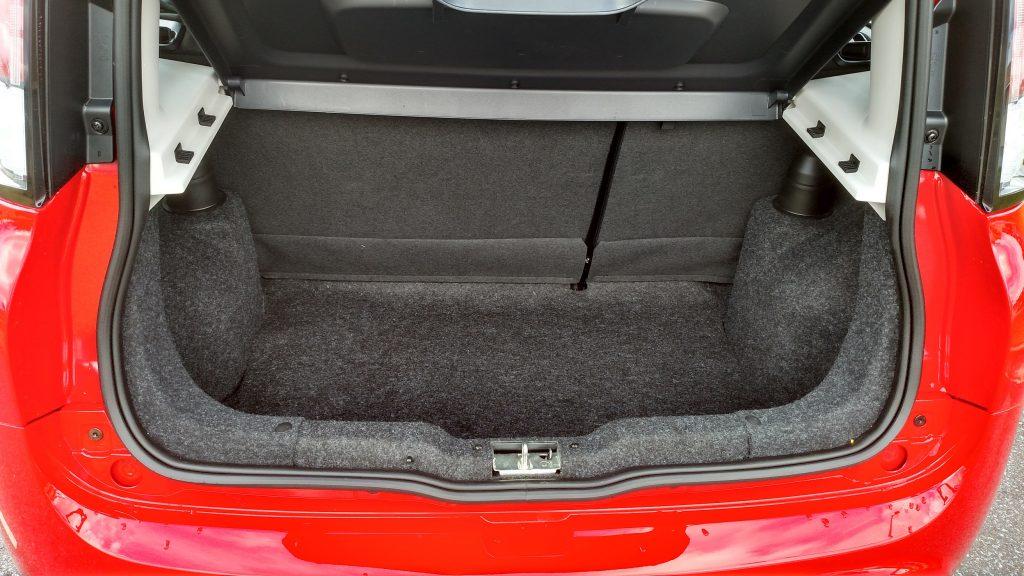 O acesso ao porta-malas é muito bom e a capacidade é de 290 litros
