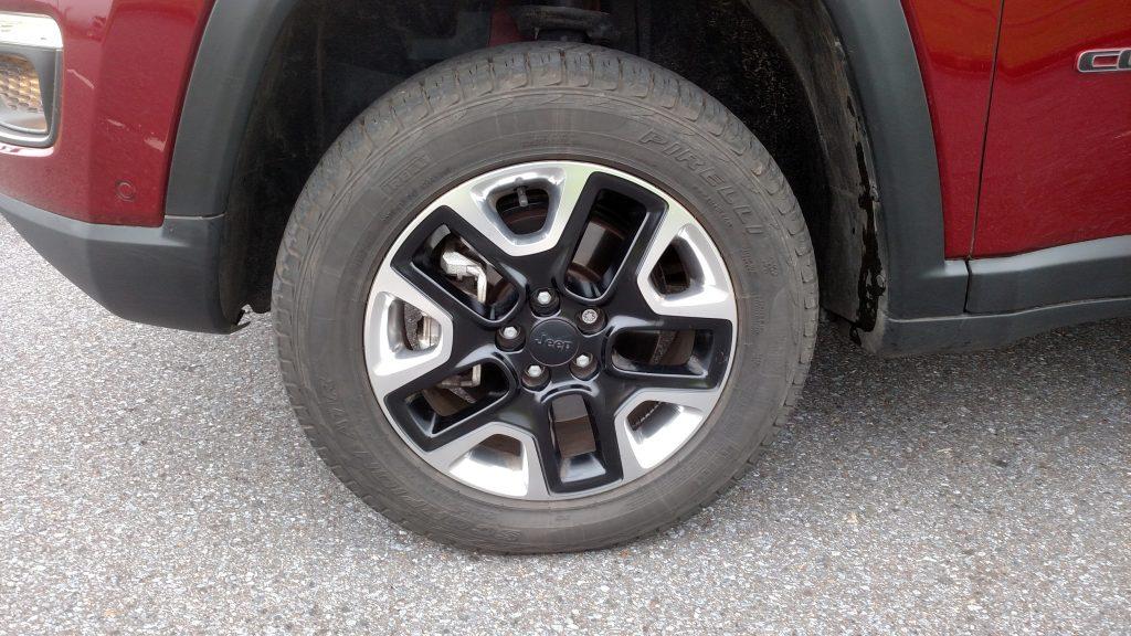 Bonitas rodas de liga, calçadas com pneus Scorpion de uso misto