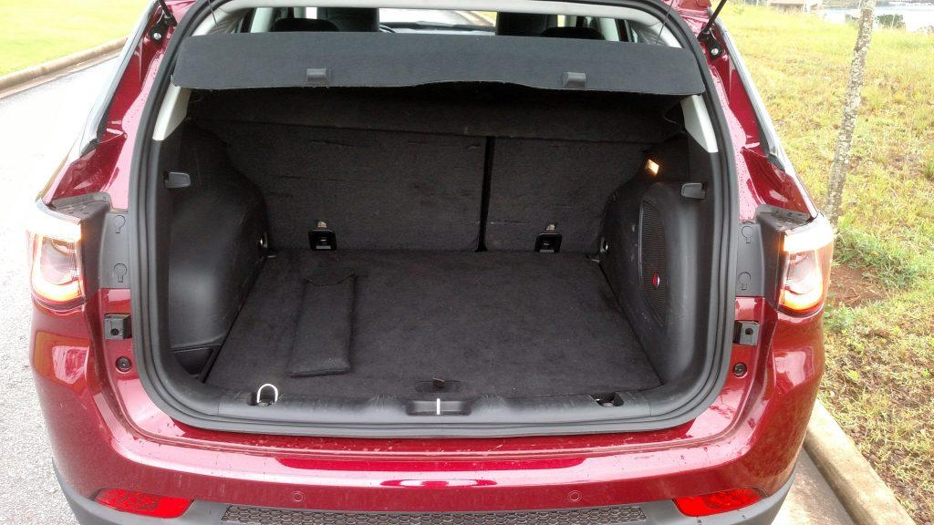 A acanhada capacidade do porta-malas (de 388 litros), sobe para 1.181 litros com o rebatimento do banco traseiro