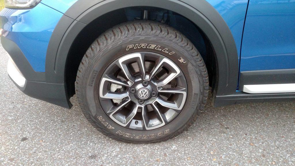 As rodas de liga de 15 polegadas têm desenho esportivo e os pneus Scorpions garantem bom desempenho na terra e na lama