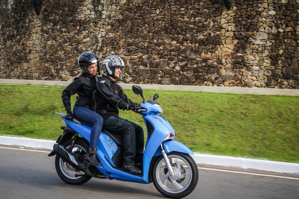As pedaleiras e o suporte do scooter foram dimensionadas para favorecer o garupa