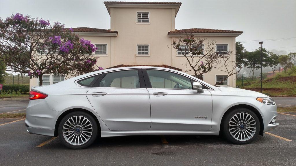 Por fora, o Fusion Hybrid é igual ao Titanium, exceto pelo nome da versão na porta dianteira