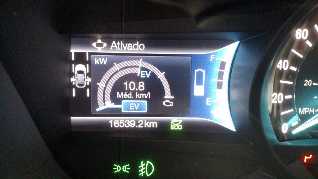 Uma tela informa ao motorista a carga da bateria e o nível de combustível