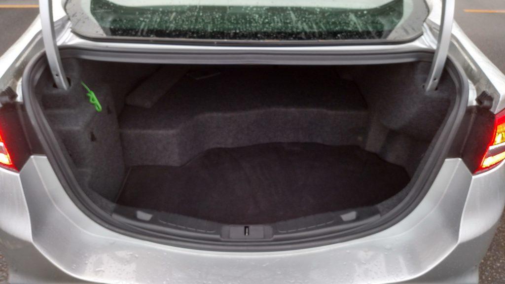 """A bateria """"come"""" um pedaço do porta-malas, reduzindo a capacidade para 392 litros"""
