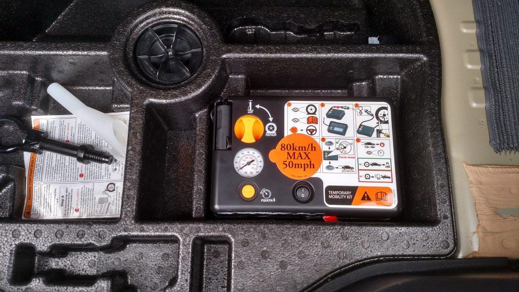 Em vez de estepe, o Fusion Hybrid traz no fundo do porta-malas um kit de reparo