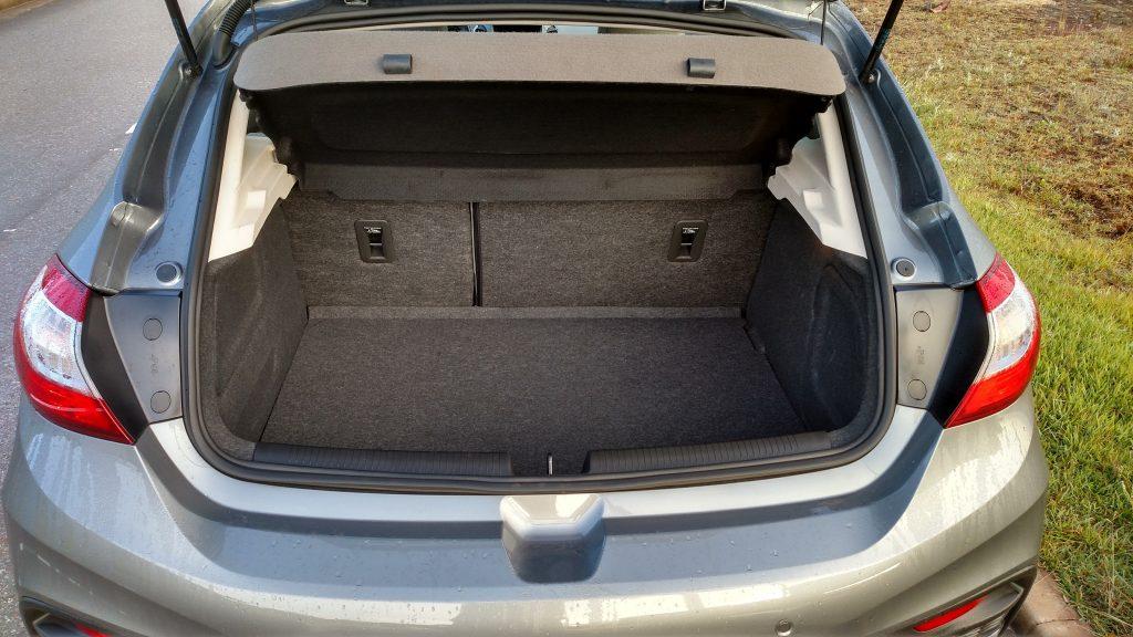 Com 290 litros de capacidade, o porta-malas é acanhado,mas fica dentro do espaço que um hatch médio oferece