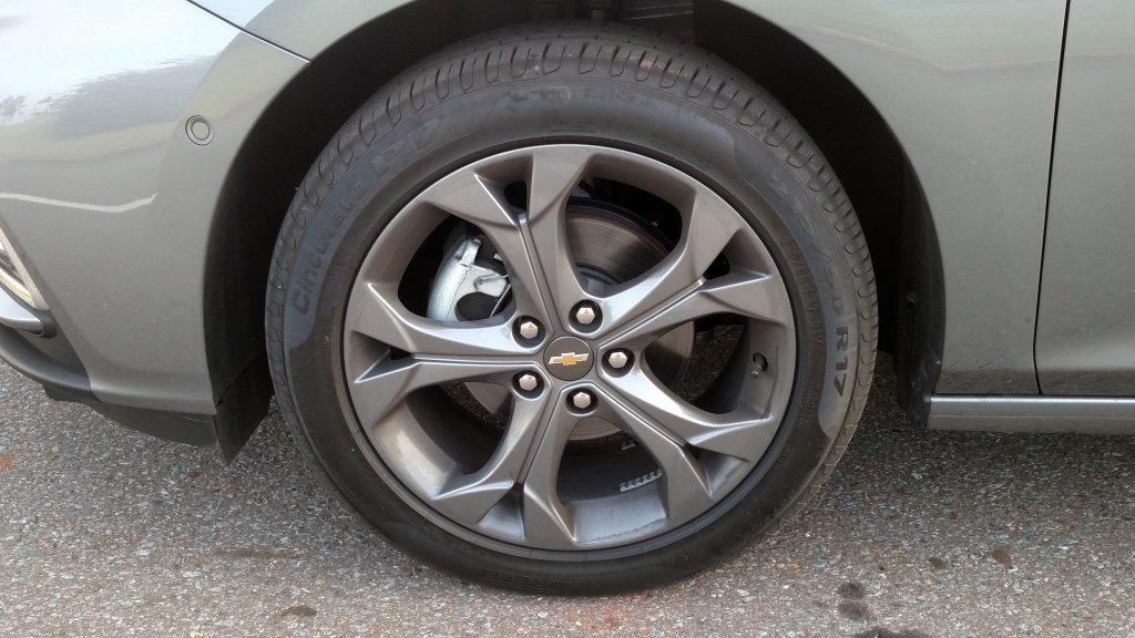 Na versão LTZ, as rodas de liga de 17 polegadas tem um desenho esportivo e um acabamento diferenciado