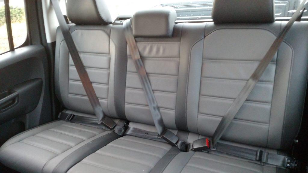 Banco traseiro acomoda três adultos com certo conforto para as pernas e boa inclinação do assento