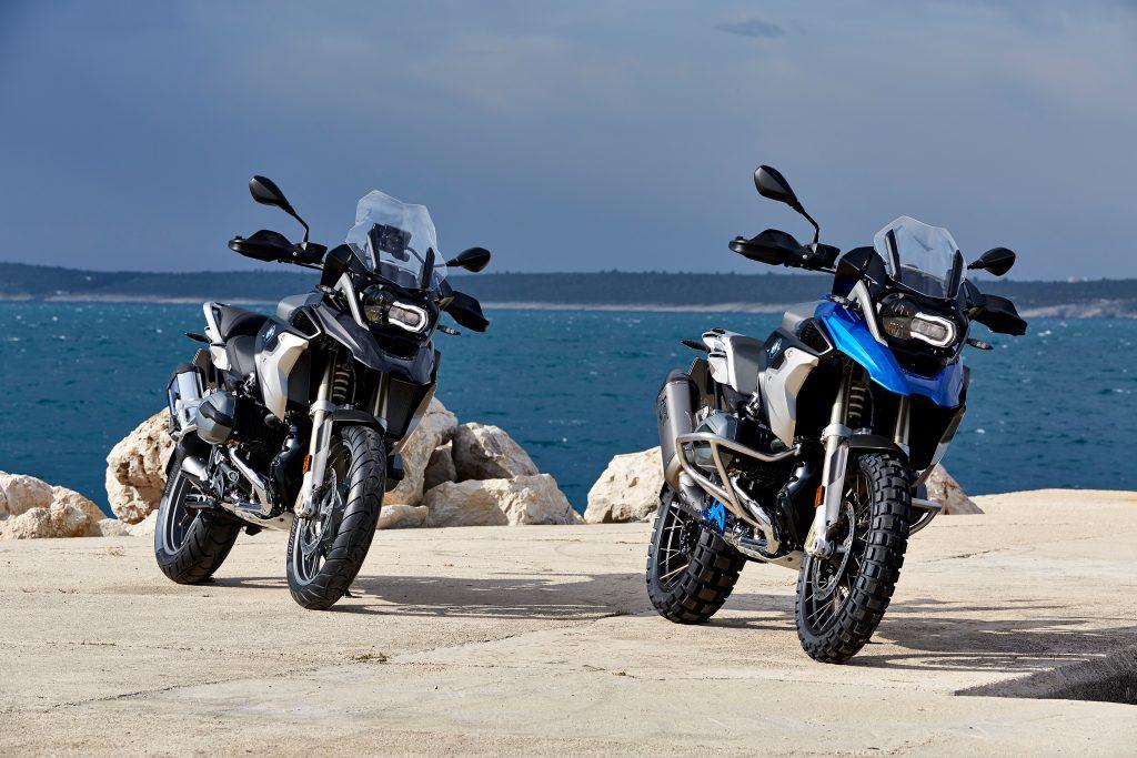 A moto ganhou novas cores, acabamentos diferenciados, e ainda novos para-lama dianteiro e defletores