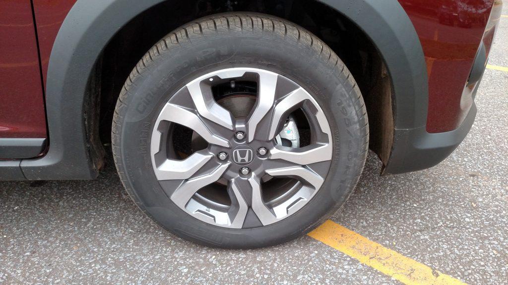As rodas de liga de 16 polegadas têm bonito desenho esportivo e são calçadas com pneus 195/60 R16, que não são de uso misto