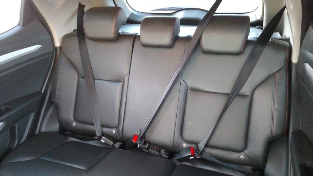 Um dos pontos positivos do T5 é o amplo espaço interno, acomodando com conforto três adultos no banco traseiro