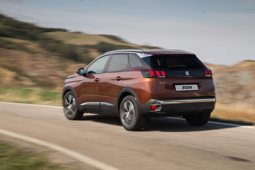 As lanternas de três elementos característicos da Peugeot estão inseridas num aplique na cor preta