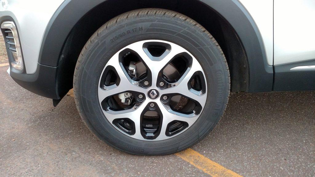 O Captur traz de série rodas de liga de 17 polegadas, que são diamantadas na versão Intense