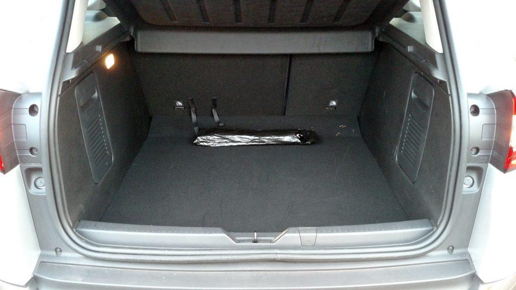 O porta-malas tem amplo acesso e capacidade para 437 litros