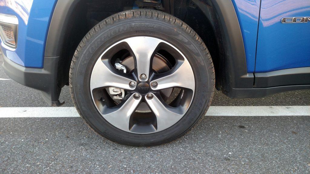 Rodas de liga de 18 polegadas tem desenho bem esportivo e são calçadas com pneus 225/55 R18
