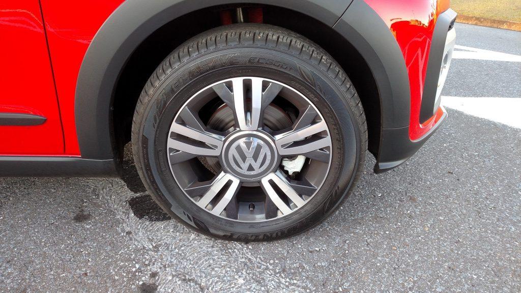 As rodas de liga de 15 polegadas têm novo desenho e são calçadas com pneus 185/60 R15