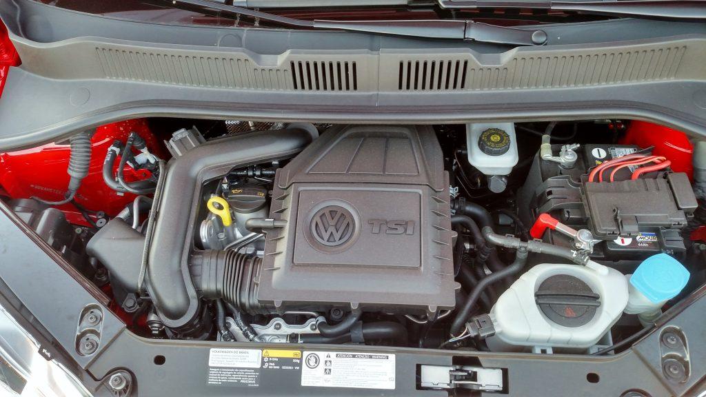 O motor é o mesmo 1.0 TSI, de três cilindros, com turbo e injeção direta, que é muito eficiente