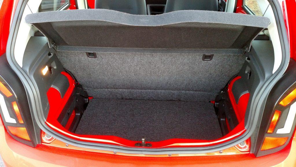 Porta-malas tem dois níveis e capacidade compatível com a de um hatch compacto