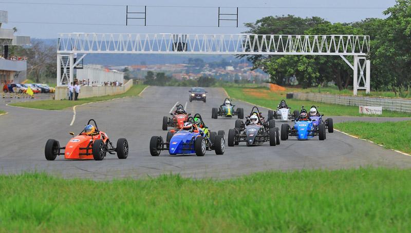 A Fórmula-Vee completa 50 anos de Brasil e tem nos irmãos Fittipaldi os responsáveis pela vinda da categoria ao Brasil