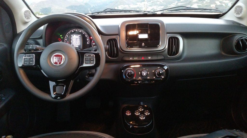 A versão avaliada tinha o kit Drive On, com suporte no centro do painel para encaixar o celular