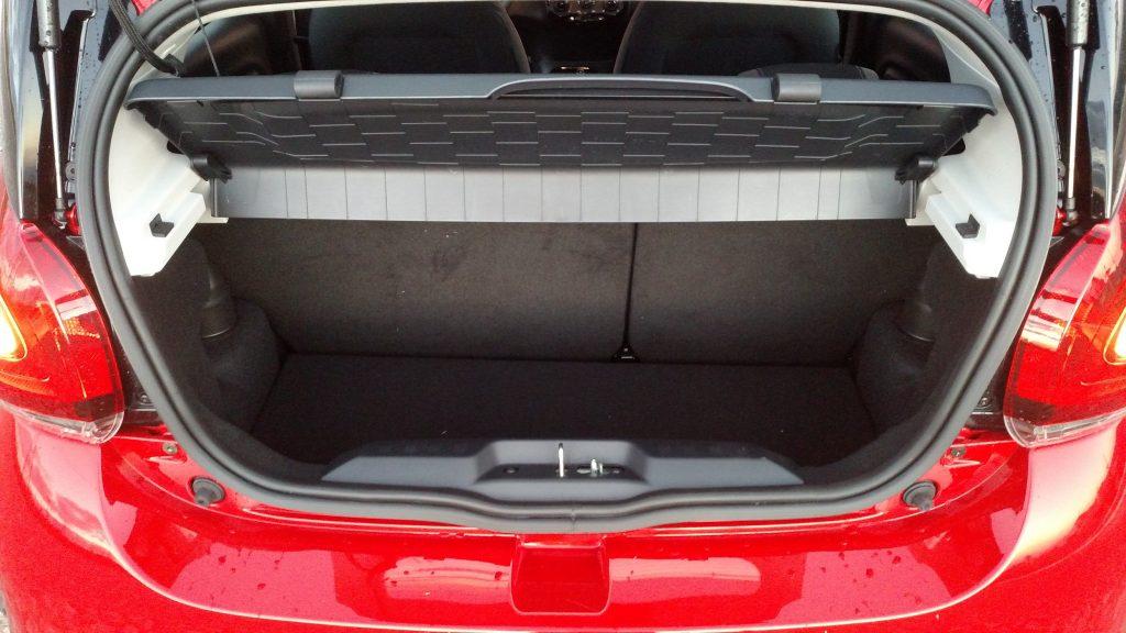 O porta-malas é um dos pontos negativos do carro, pois comporta apenas 215 litros