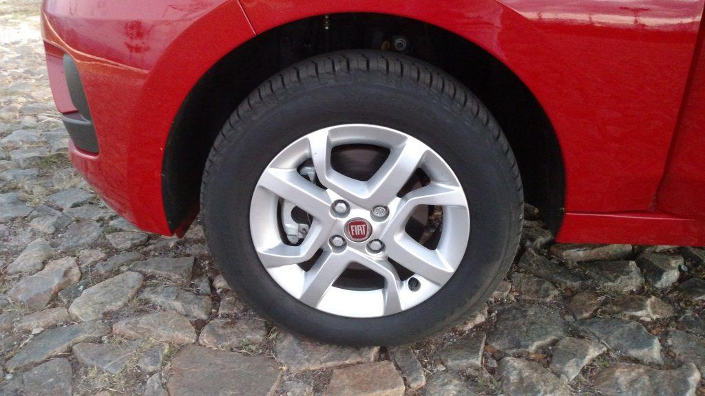 Rodas de liga leve de 15 polegadas estão entre os opcionais para a versão Drive GSR