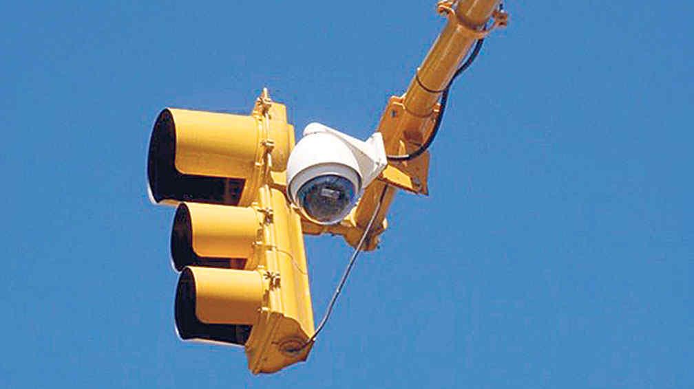 Os semáforos podem operar para que o trânsito flua de maneira mais inteligente usando câmeras de videomonitoramento