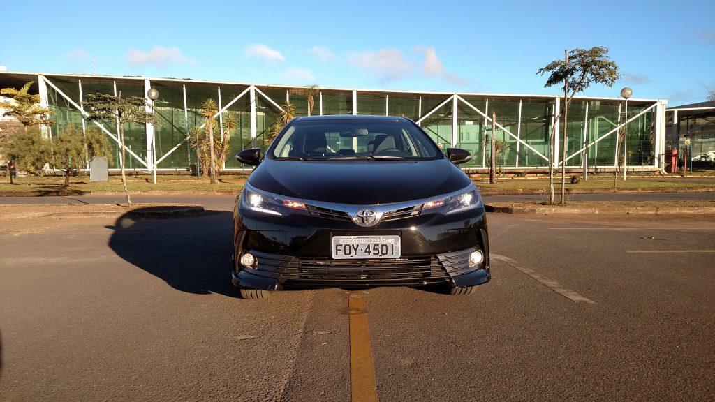 Na frente do Corolla XRS, destacam-se os spoilers e os faróis com luzes de LED