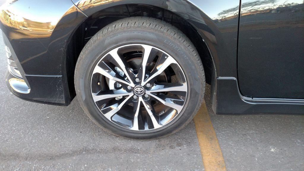 As rodas de liga de 17 polegadas têm bonito desenho e são calçadas com pneus 215/50 R17